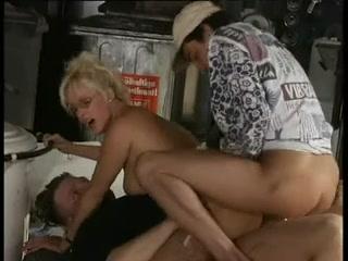 Alexandra Ross - La patronne du garage et les mecanos