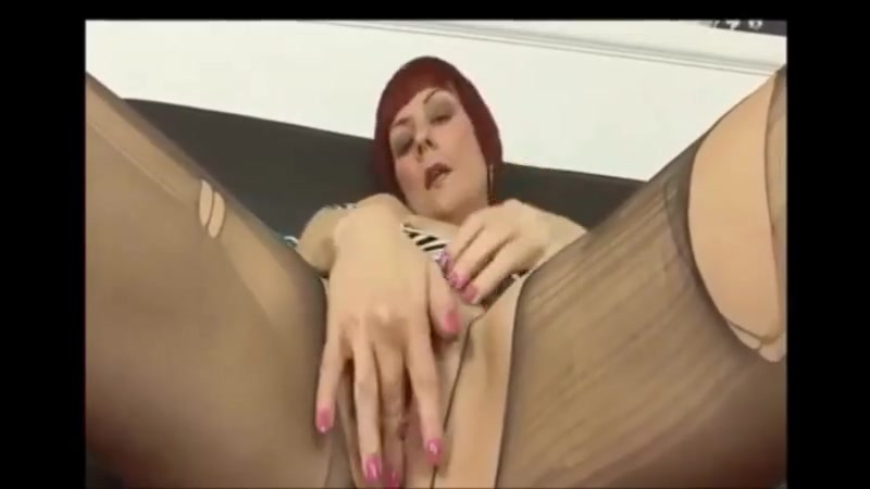 Redhead MILF Tears Pantyhose To Expose Wet Pussy se follan a tu mujer