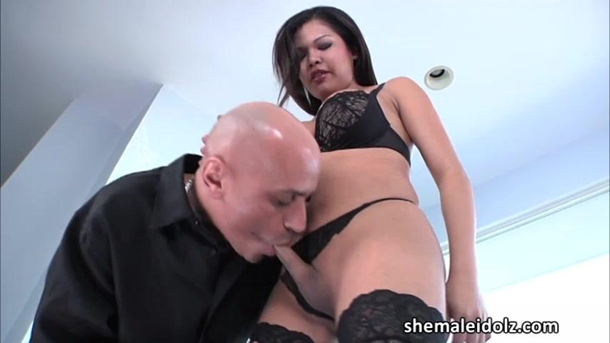 Kinky TS doctor Carmen Monroe bangs and shoves toy into a hunk guys ass