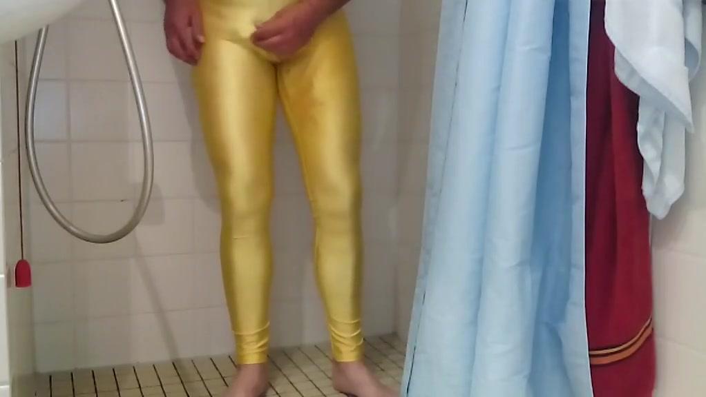 In meine gelbe lycra legging gepinkelt und gespritzt Dw blonde milf in black print leggings