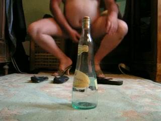 bouteille dans le cul de la truie Mature massage anal