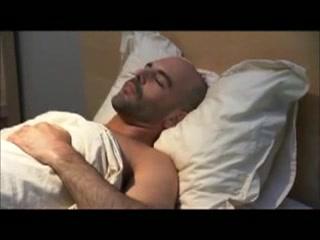 Grupo de amigos pajeandose en la cama Perks of dating men over 50