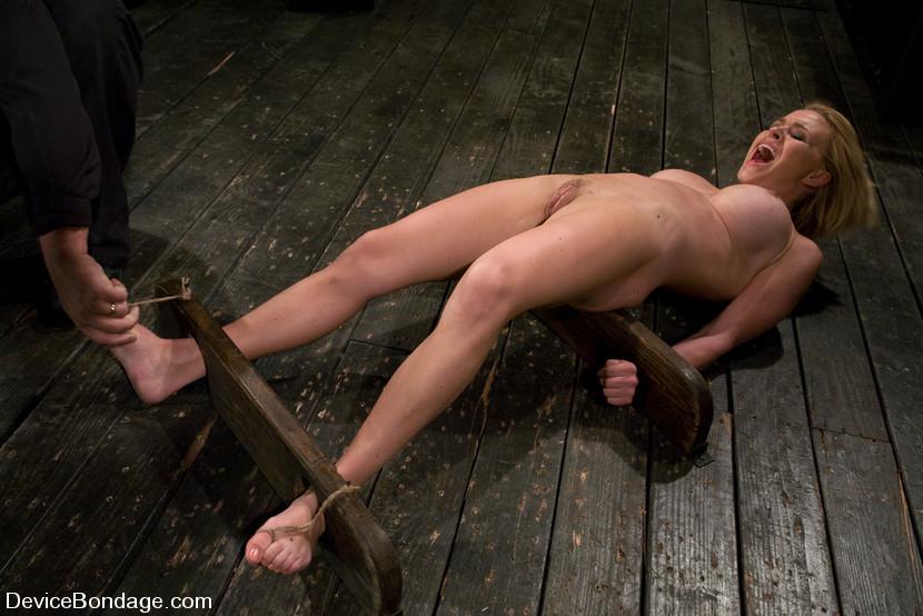 Девушка пытает парня в колодках, толпа голых баб и парень видео