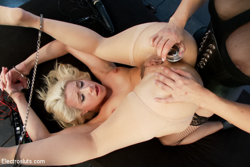 Anikka Albrite Lea Lexis in Blonde Bombshell Anal Electrofucked Live - Electrosluts Extremebods boobs