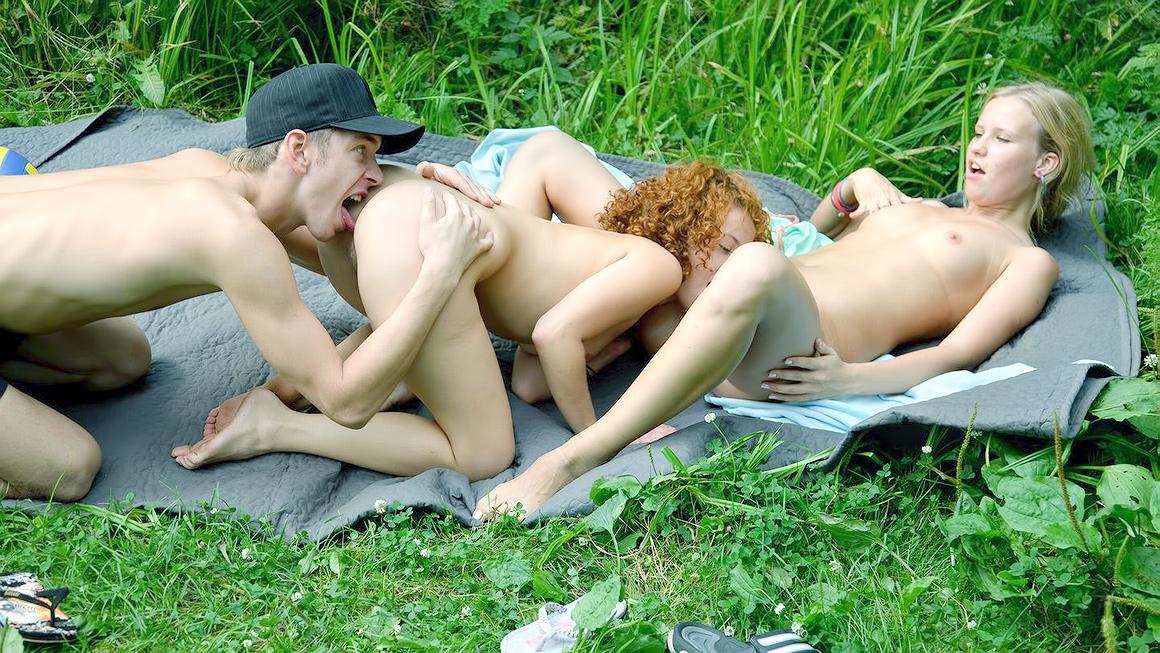 Прилюдный секс на природе, именинницу ебут на природе