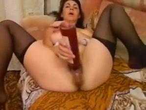 Pelosa fica scopa una bottiglia e riceve kuni Hot Sexy Lesbian Tits