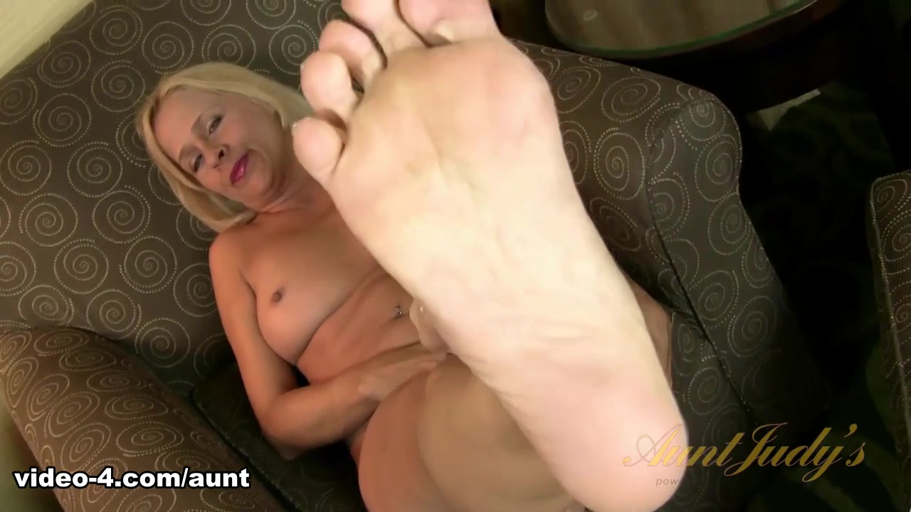 Payton Leigh in Foot Fetish Movie - AuntJudys Milf Pussy Up Close