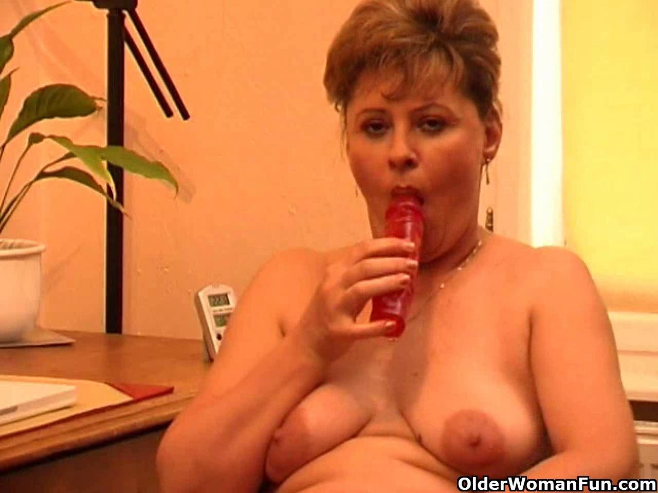 Granny in heat masturbates behind her desk live sex chat with sound