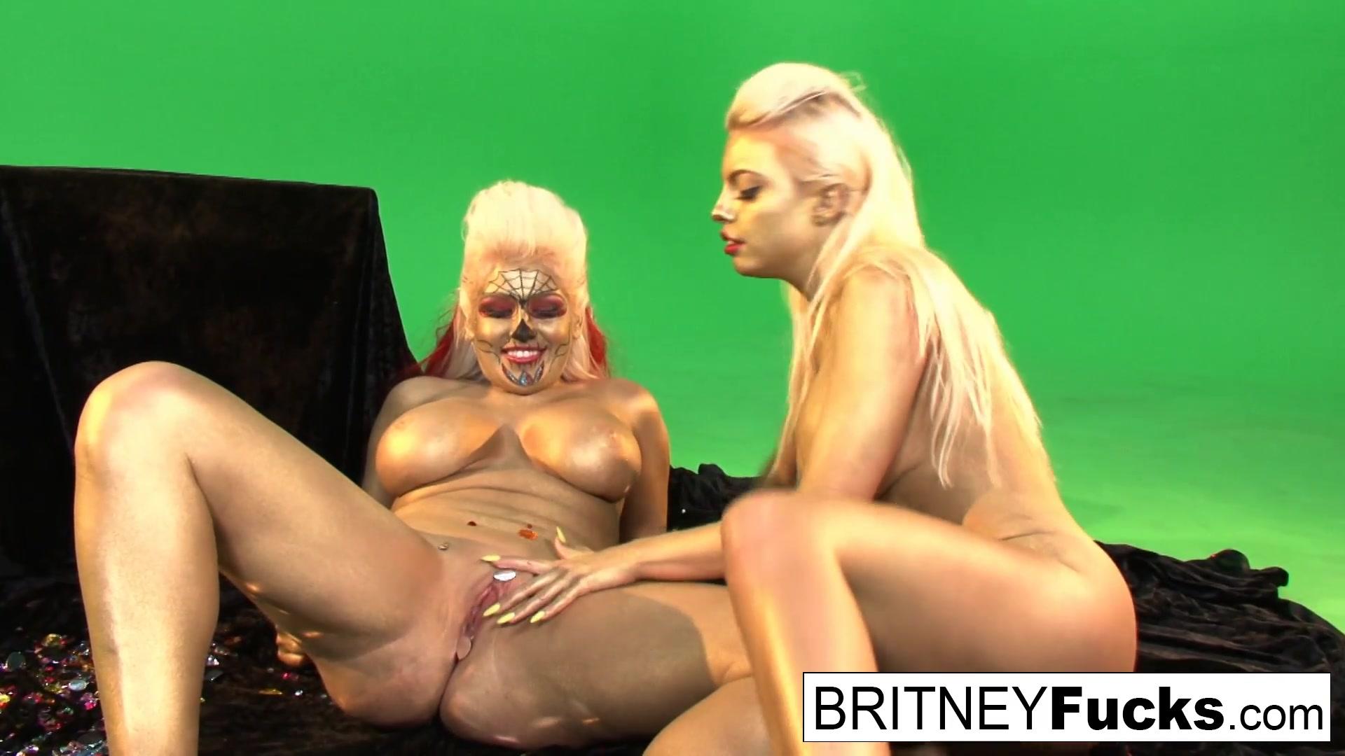 Britney Amber  Nikki Phoenix in Gold Painted Lesbian Hotties Get It On - BritneyAmber