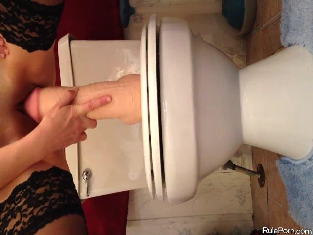 В туалете на самотыке, просмотр порно зрелые бабы в обществе