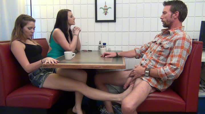больше больше дрочка парни в кафе целовались