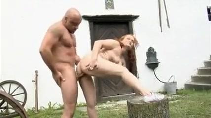 La rouquine profite du jardin pour se faire baiser Revenge naked pictures of my girlfriend
