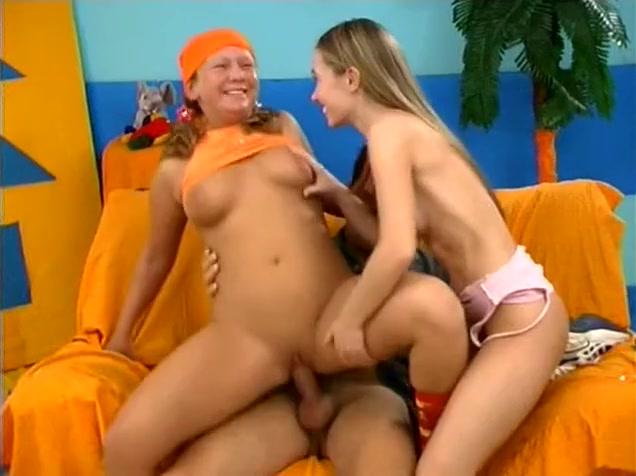 Un trio avec une jeune blonde qui aime la Sodomie Girl in bowie shirt boobs gif