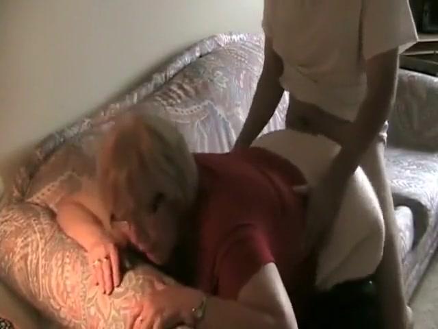 Mamie salope prise en levrette sur son sofa
