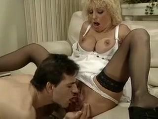 Fistee par un jeune, elle ejacule sans se retenir