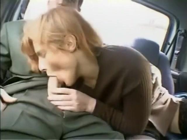 Les couples libertins sont chauds a larriere de la voiture