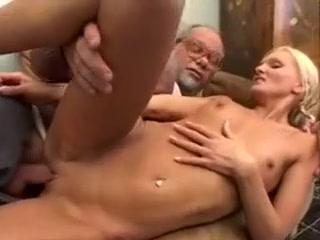 Vieux allemand baise une jeune blondinette torride Monster cock dick