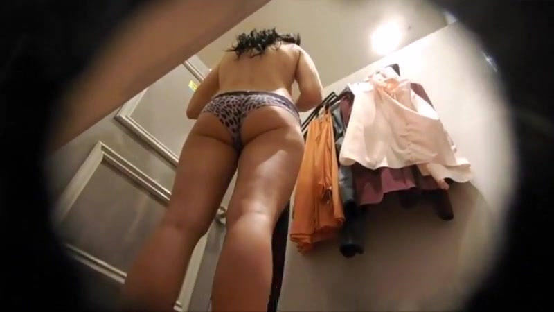 Voyeur Brunette with amazing ass changing Is 11 A Good Age To Start Dating