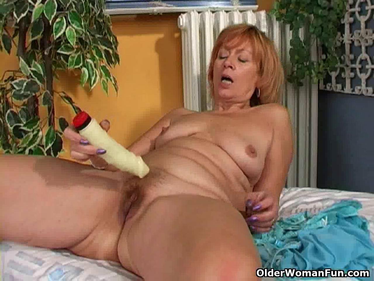 зрелая тетя мастурбирует у себя в спальне внимательный