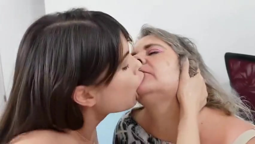 StepMOTHER AND DAUGHTER LESBIAN TONGUE KISS Elle fanning porno