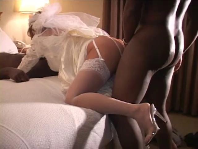 невеста в нижнем белье трахают негры ютубе это