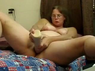 Mature ronde se gode avec pleins dobjets devant sa cam