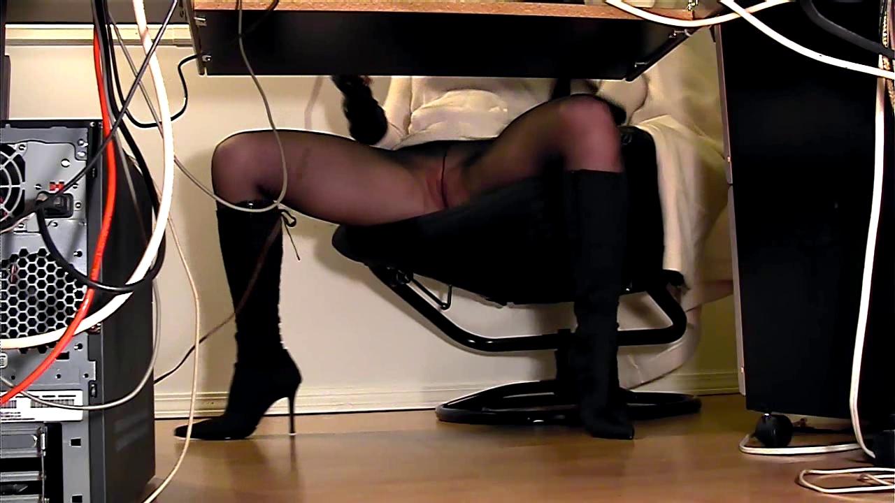 Секретарша мастурбирует под столом скрытая камера онлайн, бухую трахают толпой