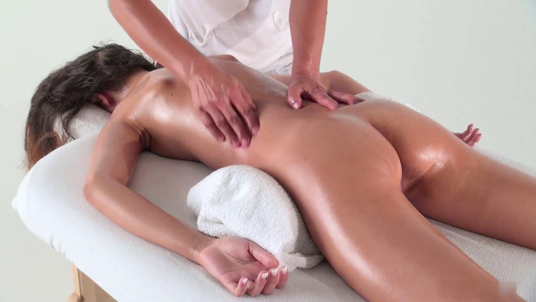 Онлайн эротический массаж на приеме, виднеются соски из под одежды