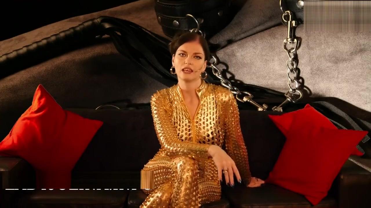 Nippeltortur auf den Knien fur die Herrin im goldenen Catsuit