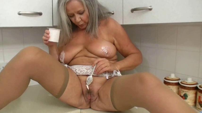 Пожилая на кухне мастурбирует