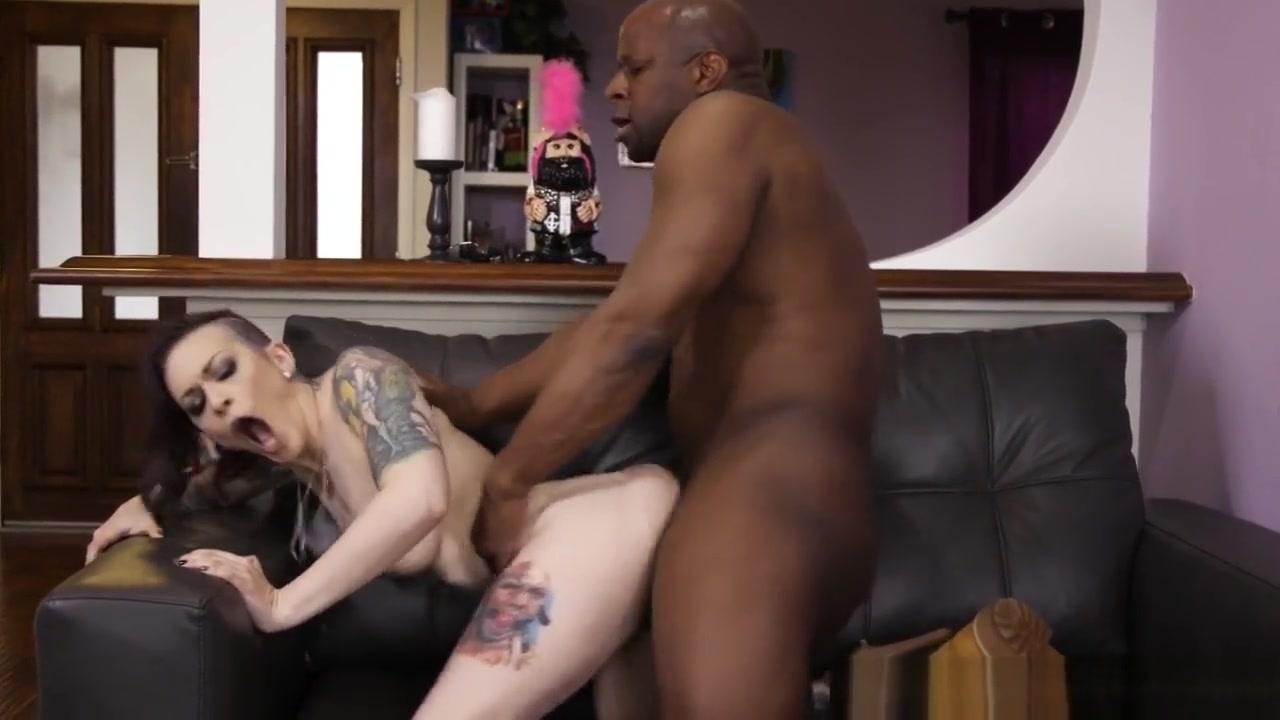 Tattooed Goth Milf Rides Round big ass lesbos get nasty