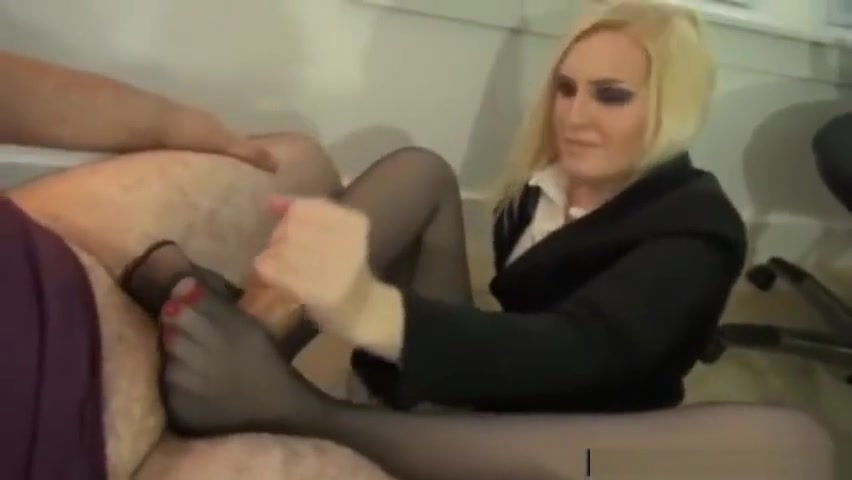 Unaware footjob Girl having sex with eel