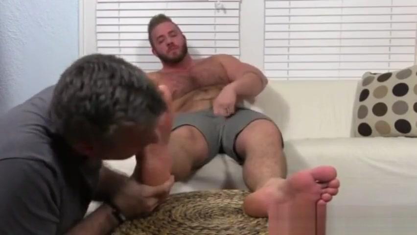 Foot fetish free gay young Aaron Bruiser Lets Me Worship His Big Sexy Feet Clara fiestera a partir de 25 ?