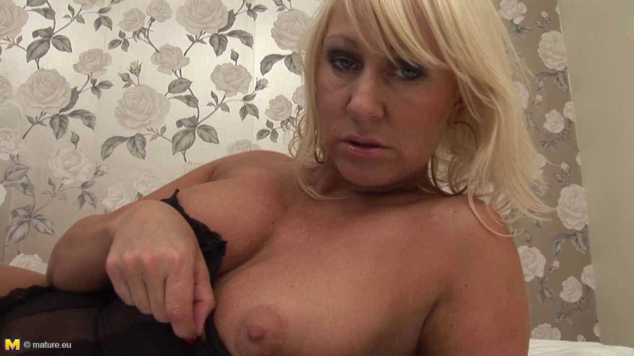 blond disrobe & play naked women body painting