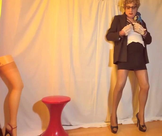video 1705a 071120127 Tight skirt hijab