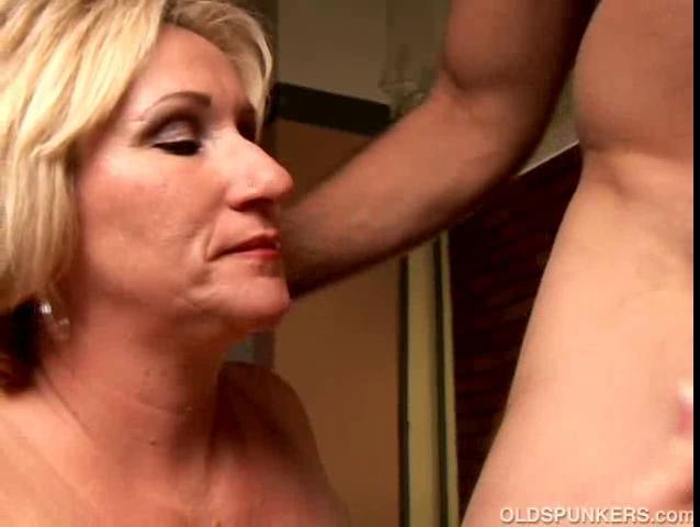 Perverted aged playgirl Molly gives a sloppy rimjob videos de porno gay latinos