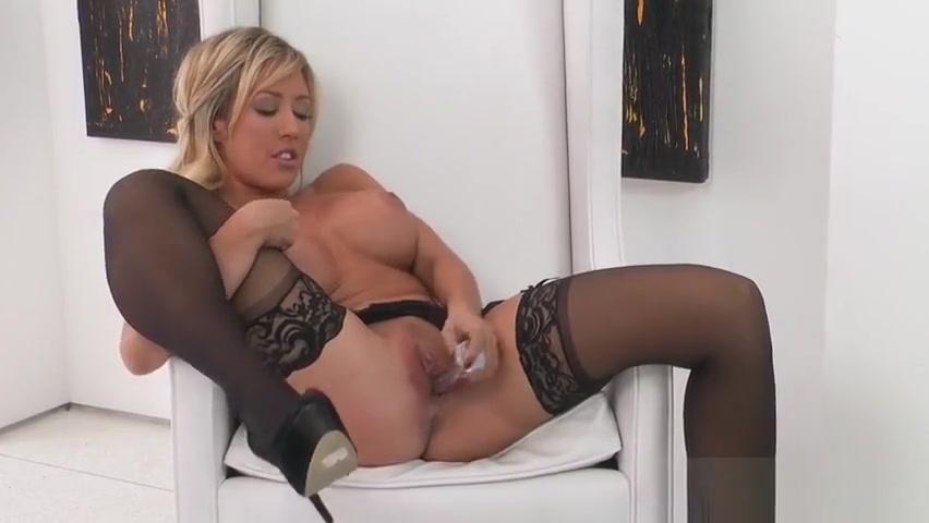 Teasing platinum babe is fingering her pussy Fitness Girls Sucking Single Big Dick