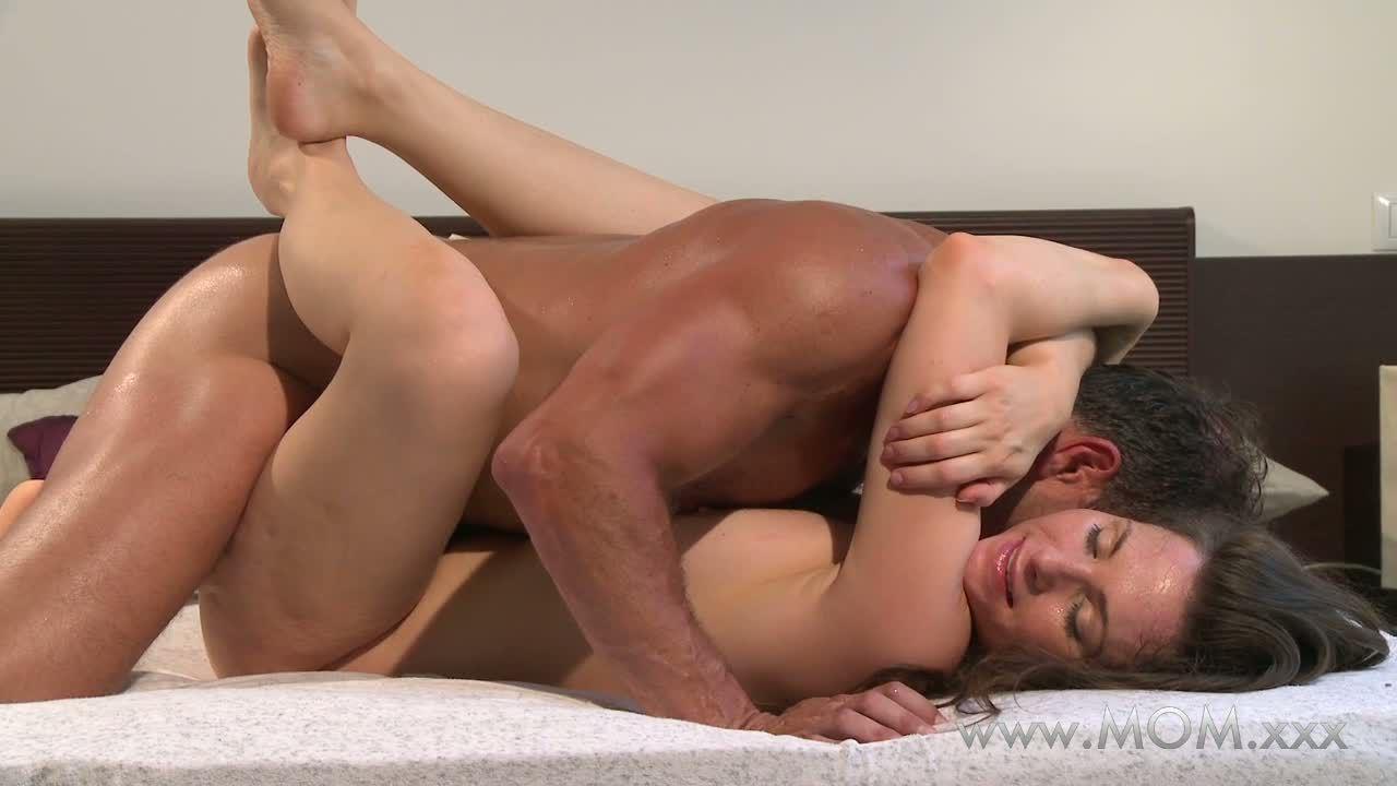 Как преодолеть стеснение перед сексом, парень трахает грудастую блондинку на полу классика