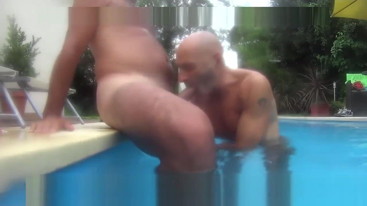 SEXO EN LA PISCINA CON AMIGO Brunette Massaging And Licking Blondes Clit