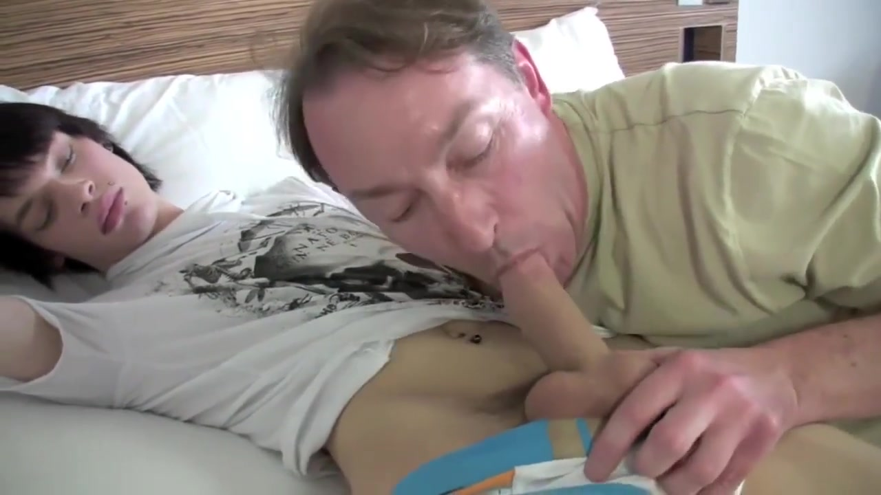 padre e hijo Huge dick penetrates girl