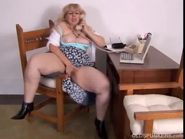 Aged big beautiful woman cant live without to talk immodest on the phone during the time that rubbing