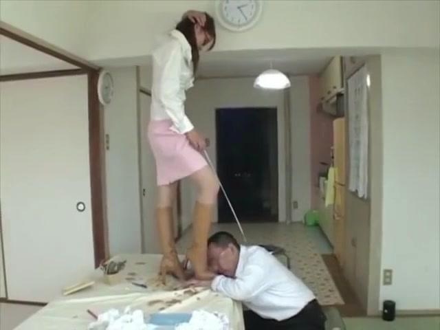 眼鏡を掛けた家庭教師のお姉さんがロングブーツを履いたままM男に乗っかって踏みつける