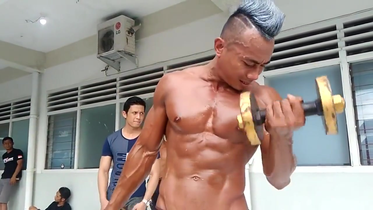 HANDSOME BODYBUILDER DADDY SHOWING HIS MUSCLE mom shower with son porno