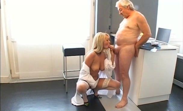 vitekaet-vagini-porno-starik-trahaet-doktora-bez