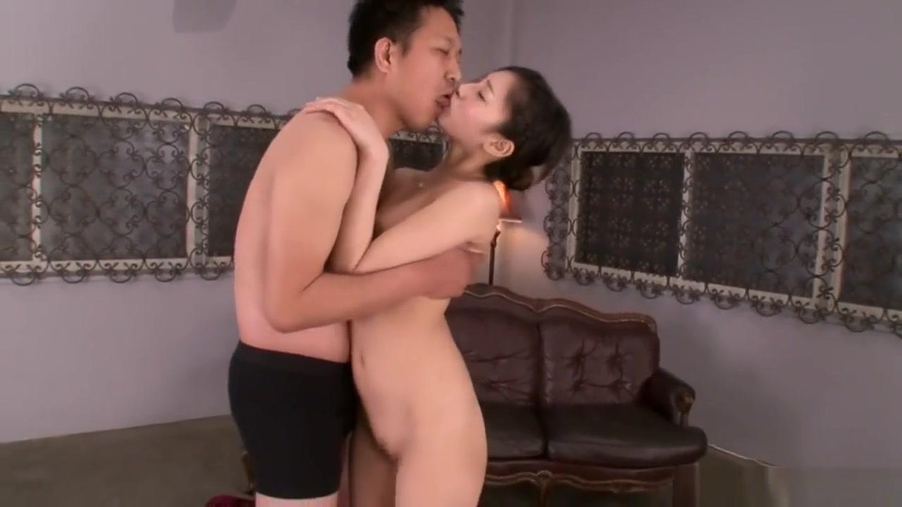 【桃谷エリカ】モデル体型のお姉さんが濃密な接吻と欲情ベロキス!3本のチンポを美味しそうにフェラ