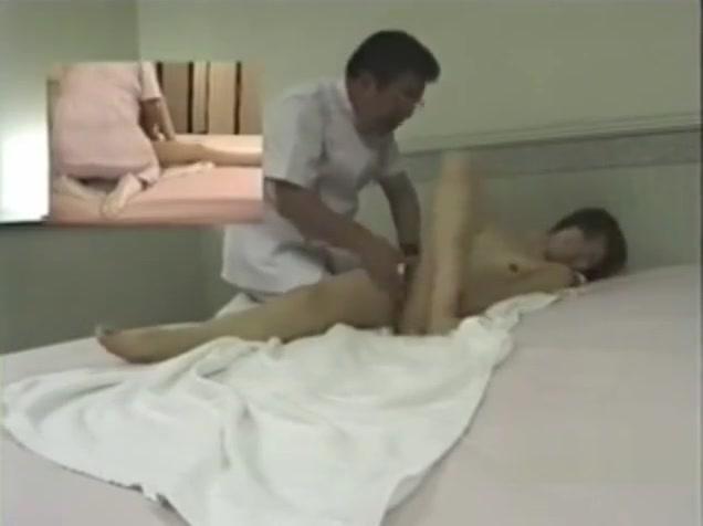 skritie-kameri-massazhniy-salon-yaponiya-golie-zhenshini-seksualnie-razdevayutsya-video